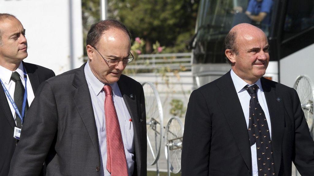 El ministro español de Economía, Luis de Guindos, y el gobernador del Banco de España, Luis María Linde, en el Ecofin. Foto: EFE