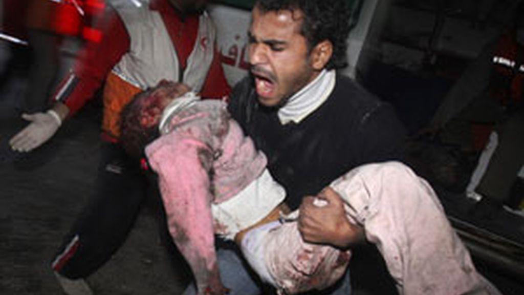 Un palestino traslada a una de las niñas que han fallecido durante un bombardeo israelí. Foto:AP