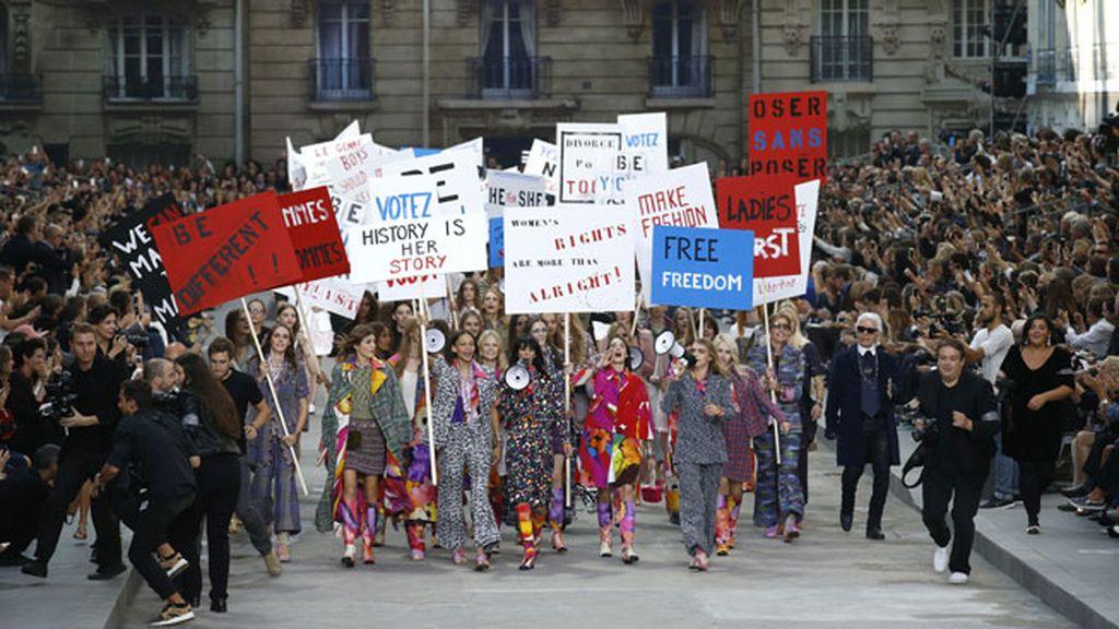 Un desfile por unas reconstruidas calles de París bajo la cúpula del Grand Palais