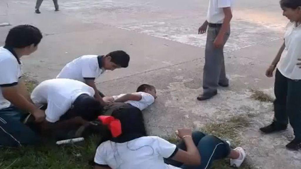 Adolescentes golpean y enjaulan a un compañero discapacitado