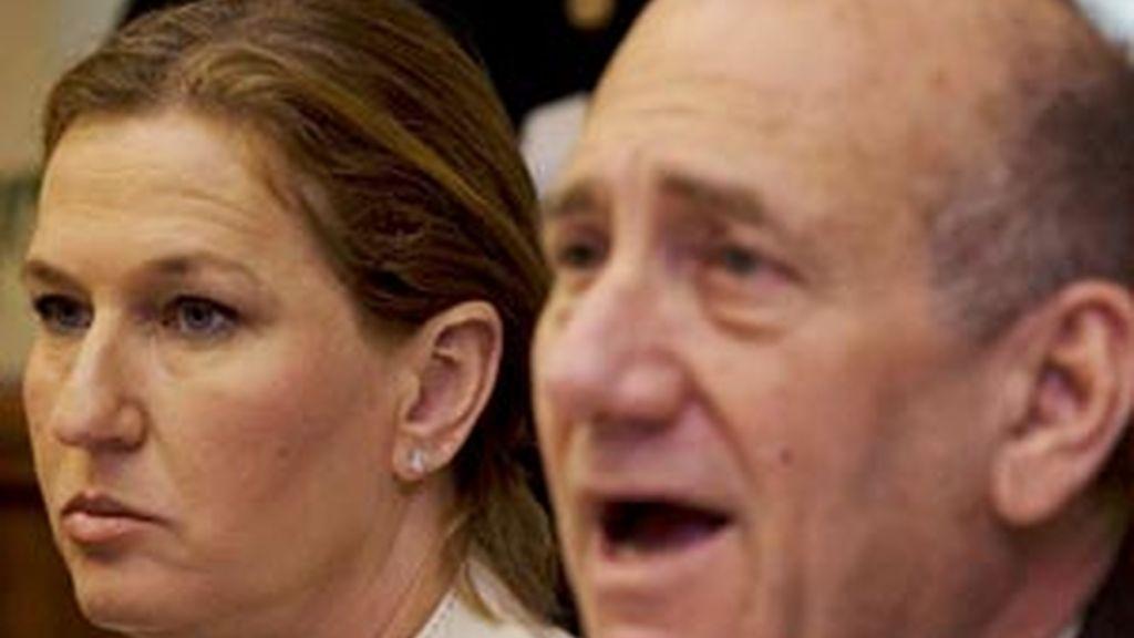 La ministra de Asuntos Exteriores israelí, Tzipi Livni (i), escucha la intervención del primer ministro israelí, Ehud Olmert (d), en el Consejo de MInistros celebrado en Jerusalén. Foto: EFE.