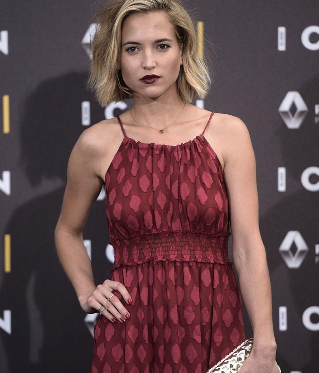 Con gloss oscuro, Ana combinó el look con un bolso dorado