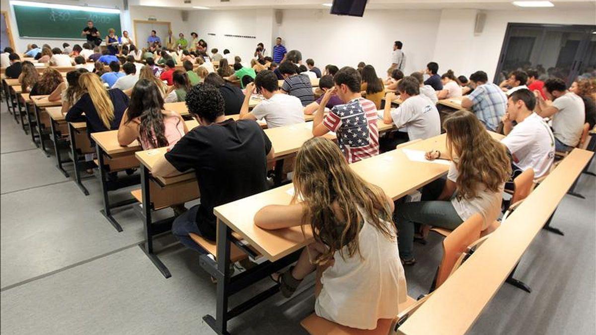 Alumnos realizando el examen de selectividad