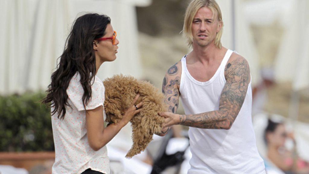 Guti, en Ibiza sin Romina, se vuelca en un peludo amigo