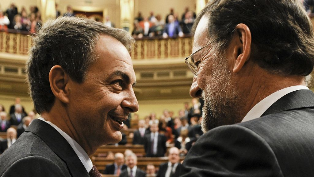 El expresidente Zapatero saluda al presidente del Gobierno, Mariano Rajoy, en el Congreso