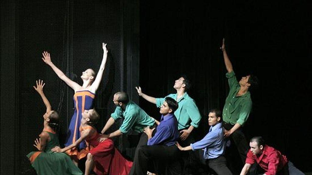 """El Ballet del teatro Teresa Carreño de Caracas (Venezuela) se presenta durante la inauguración de la """"Fiesta del Ballet Mundial"""" en ese escenario caraqueño. EFE"""