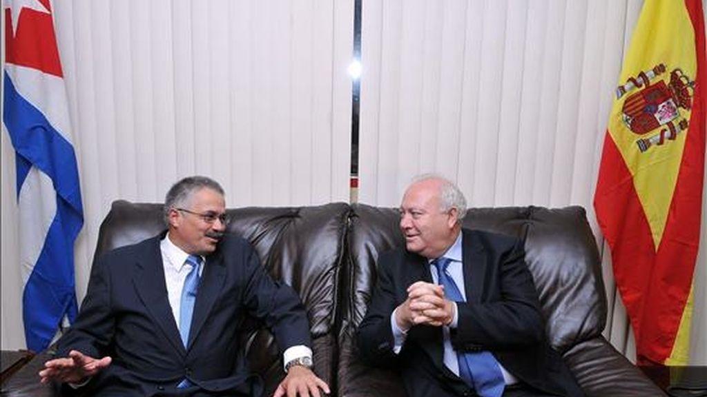 El ministro español de Relaciones Exteriores, Miguel Ángel Moratinos (d), es recibido por el vicecanciller cubano, Dagoberto Rodríguez (i). Foto: EFE.