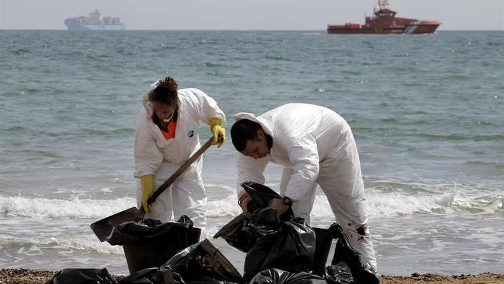 Cierran tres playas en Valencia por un vertido de fuel