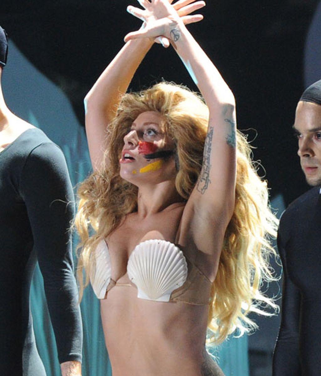 Gaga volvió a subirse al escenario con muy poca ropa