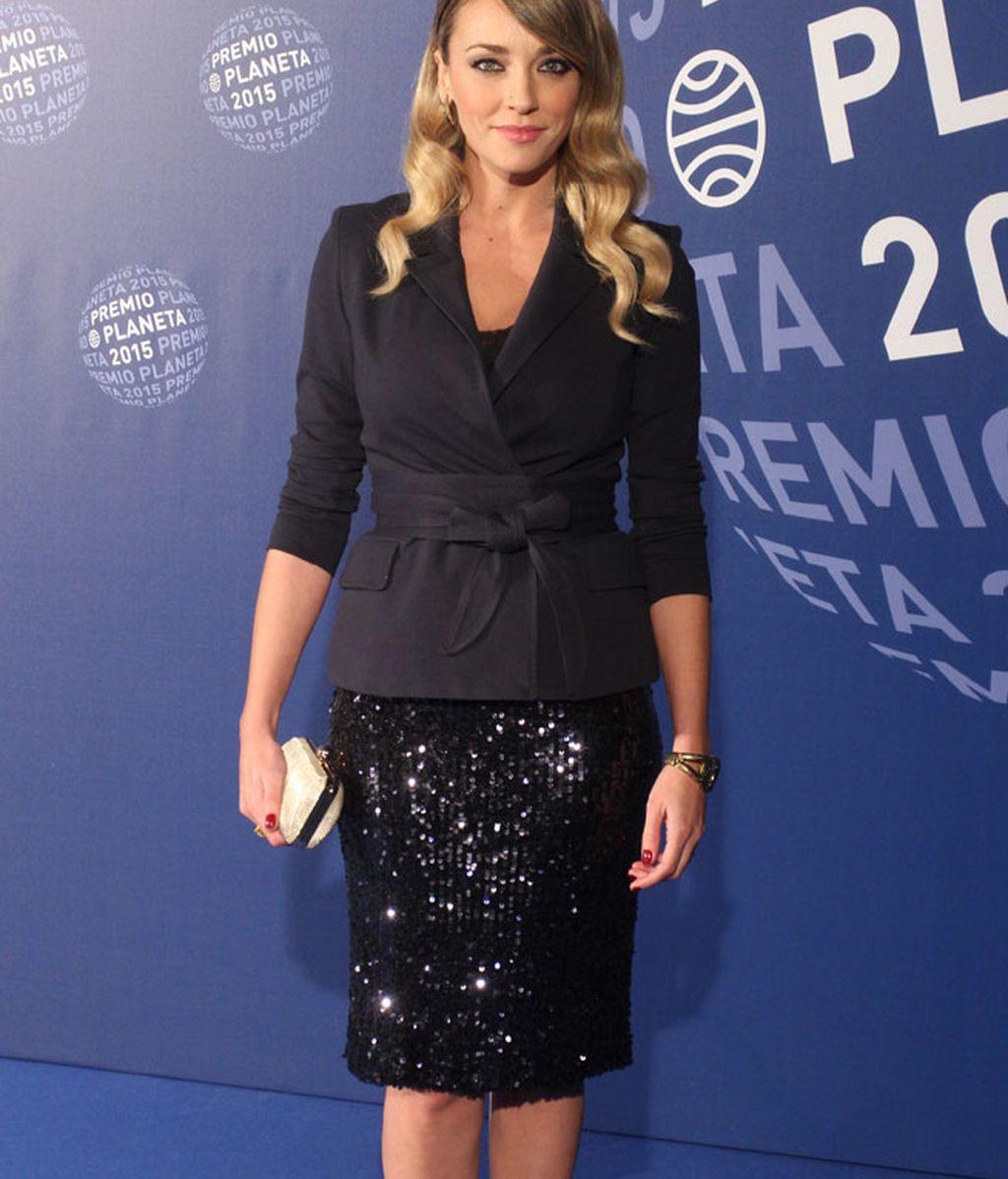 Anna Simon combinó vestido de lentejuelas con cazadora lazada