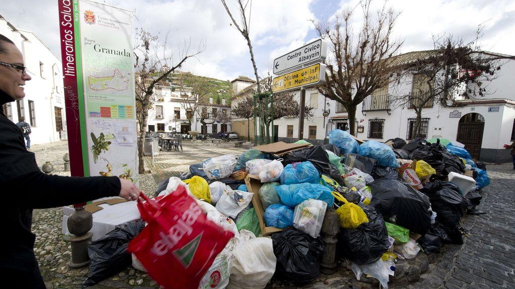 La huelga en Granada acumula 2.400 toneladas de basura a la espera de un acuerdo con los trabajadores