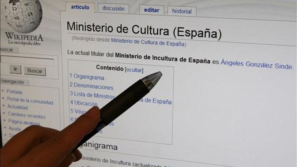 """El Ministerio de Cultura amaneció este lunes en la enciclopedia virtual más popular de internet, la Wikipedia, convertido en """"Ministerio de Incultura"""", y su titular, Angeles González-Sinde, y todos sus antecesores, incluidos en la lista de """"ministros de Incultura"""". En la foto, detalle de la página. EFE"""