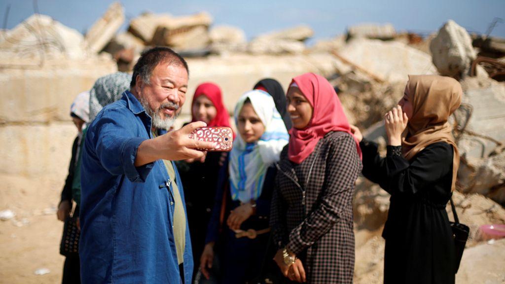 Ai Weiwei se autorretrata con jóvenes palestinas en Gaza
