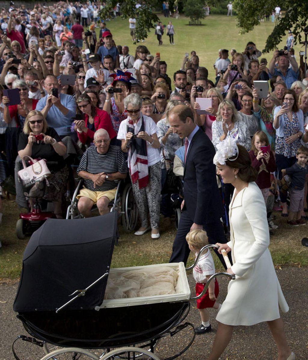Cientos de británicos quisieron saludar a los Duques