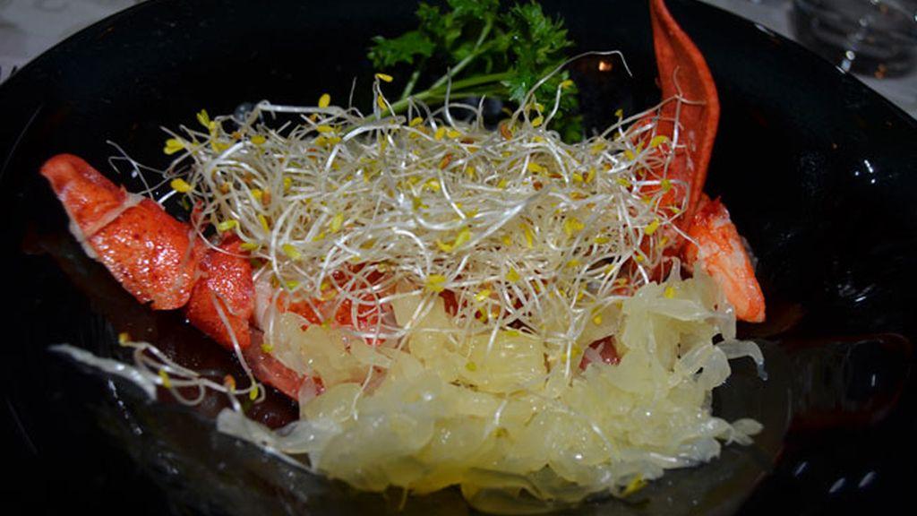 Plato 1: Ensalada de bogavante con brotes de soja y pomelo vietnamita