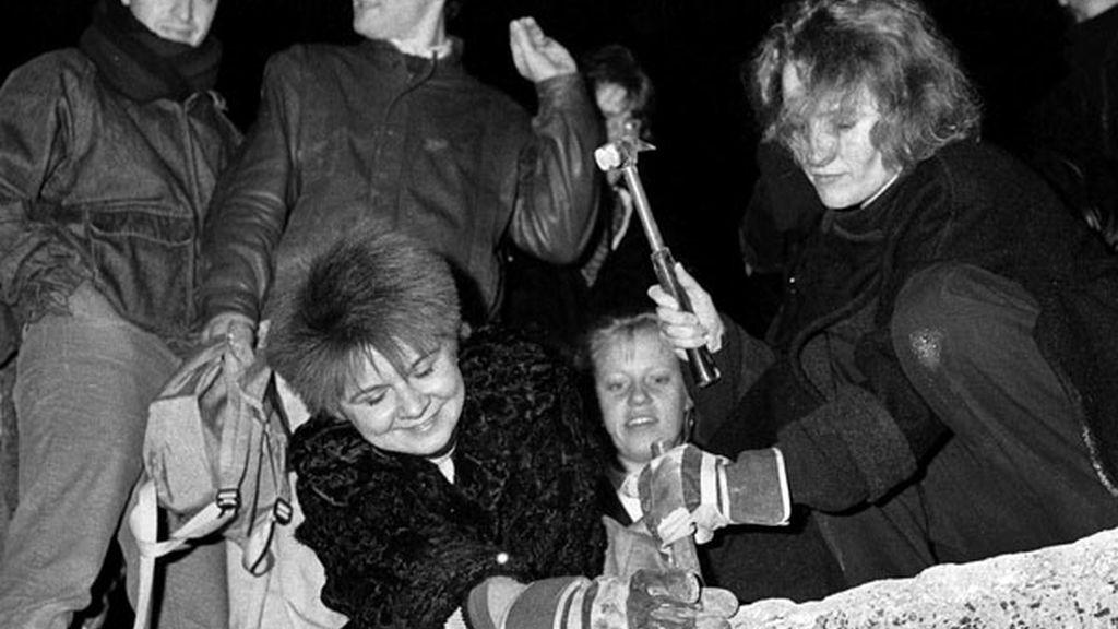 Los berlineses rompen el Muro en 1989