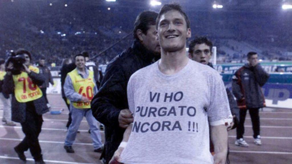 Francesco Totti celebró su gol de récord a la Lazio con un selfie