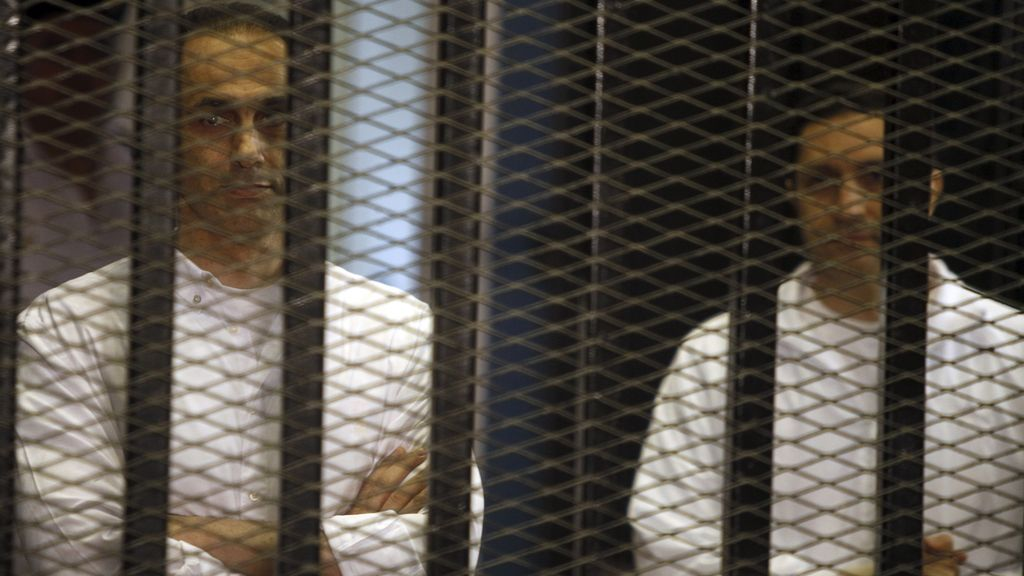 Salen de prisión dos hijos de Mubarak un día después del aniversario de la revuelta