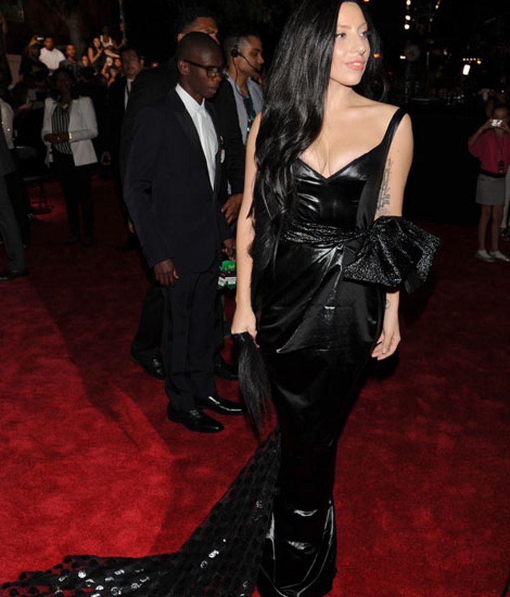 Lady Gaga, con un vestido negro y escotazo
