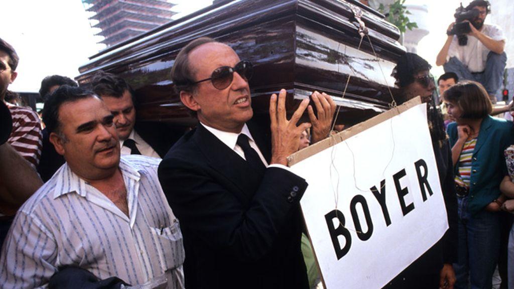 Portando un ataúd con el nombre de Boyer