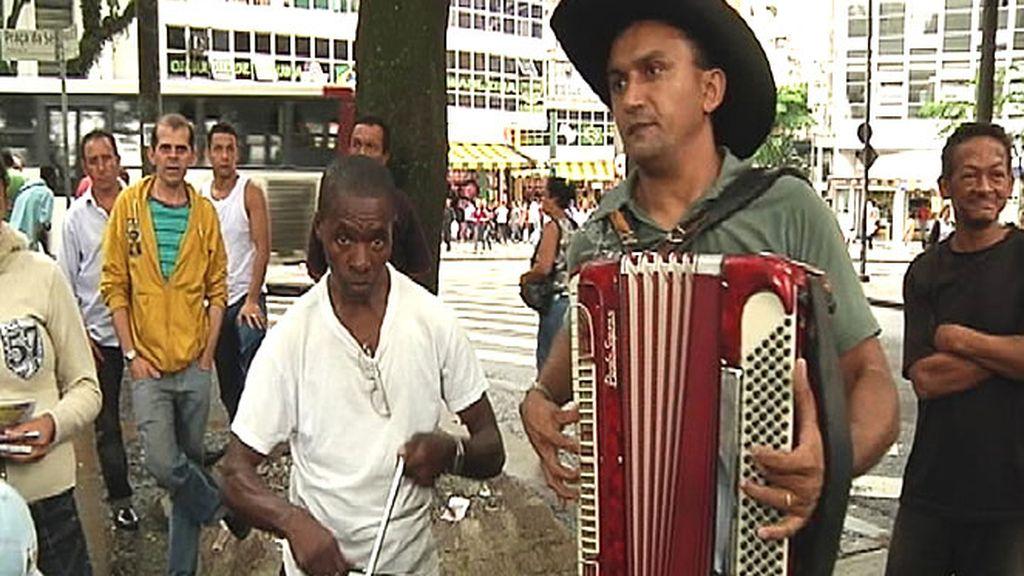 Cientos de músicos se ganan la vida tocando en la calle