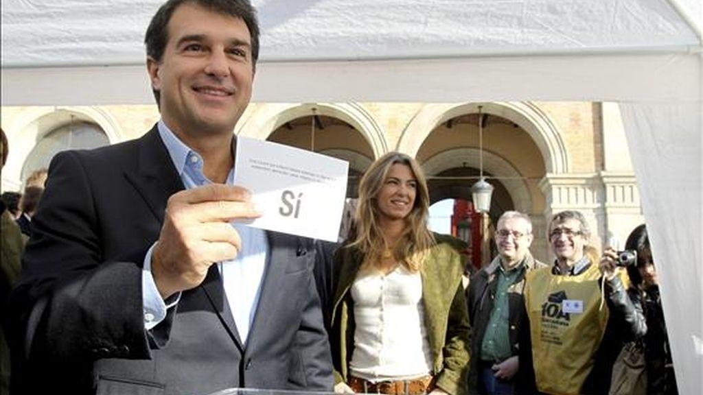 El diputado de Solidaritat Catalana per la Indepencia, Joan Laporta, muestra en Barcelona su papeleta durante la jornada de recogida de voto anticipado en la consulta sobre la independencia que se celebrará en la ciudad el 10 de abril de 2011. EFE