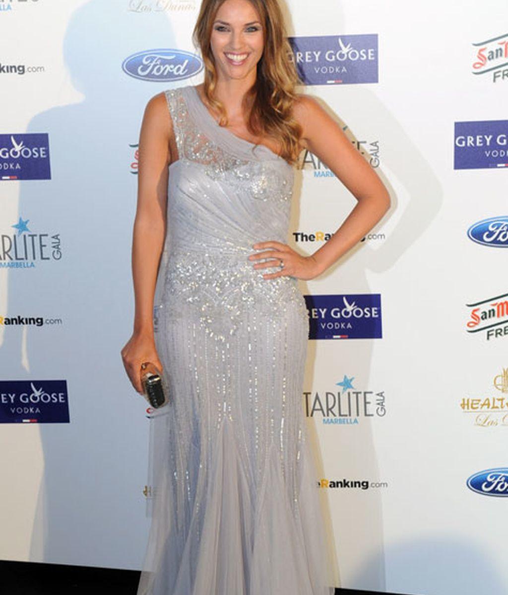 La modelo Helen Lindes brilló con su vestido gris