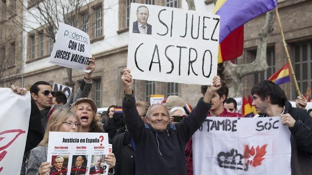 Numerosos carteles en favor del juez Castro