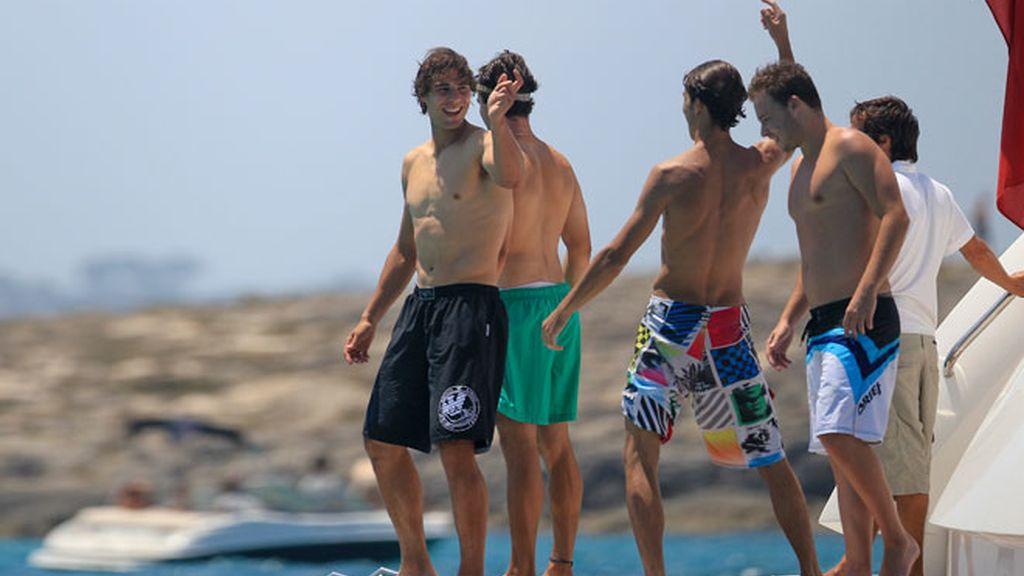 Nadal se olvida de Djokovic en Ibiza junto a unos amigos