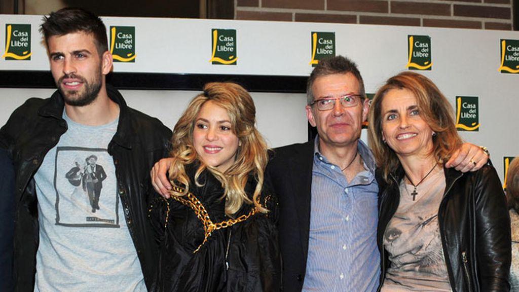 Gerard Piqué y Shakira con Joan Piqué y Montserrat Bernabeu