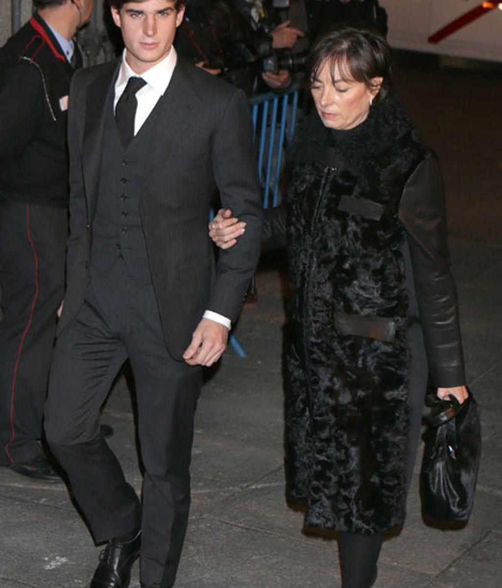Carlos Fitz James Stuart junto a su madre Matilde Solís