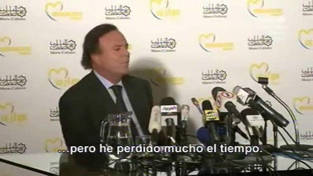Julio Iglesias recibe las gafas de CQC