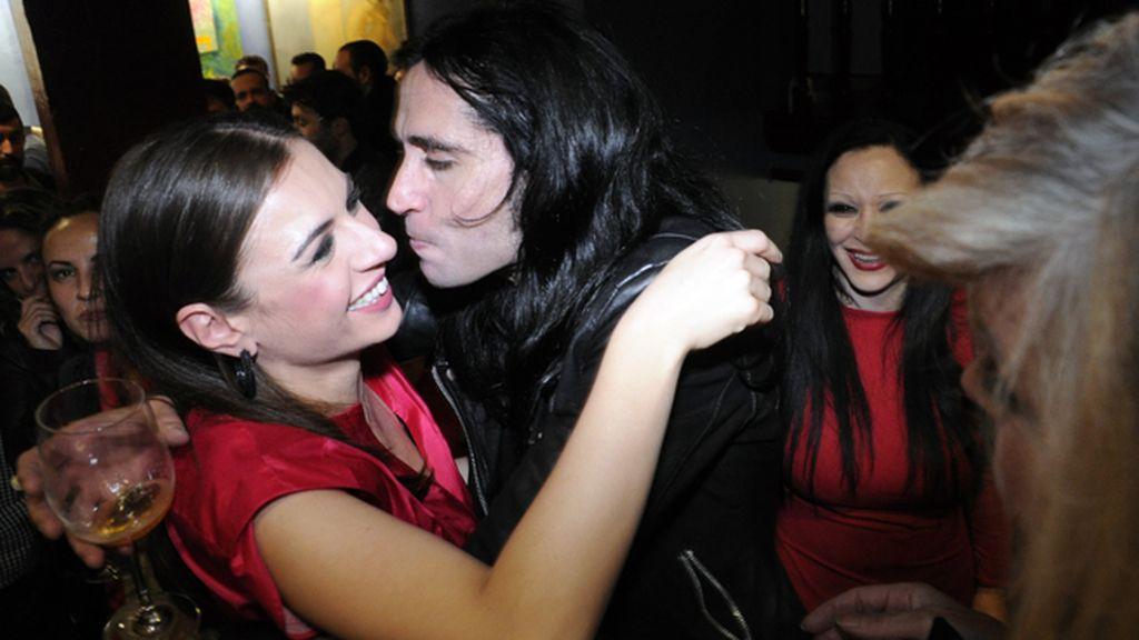 Mario Vaquerizo felicitándo a Miren Ibarguren tras la representación