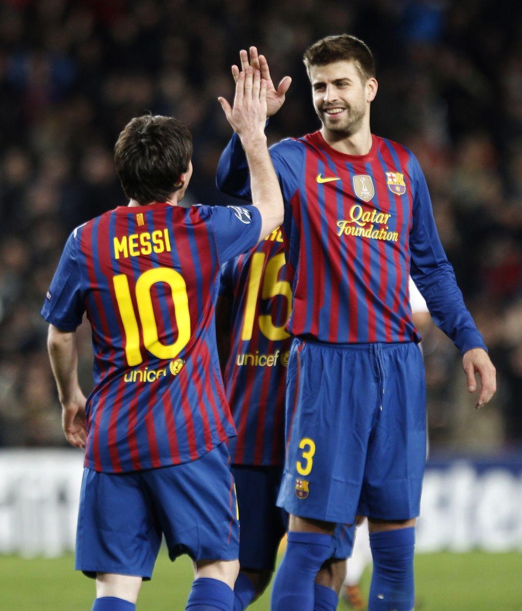 Messi recibe la felicitación de Piqué