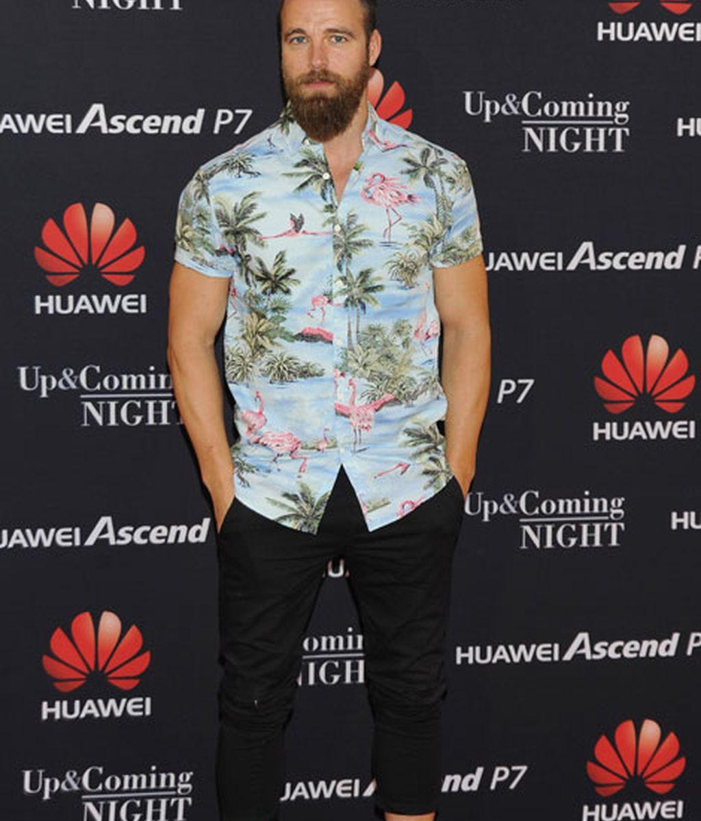 El actor Carles Francino con una camisa de alegre estampado