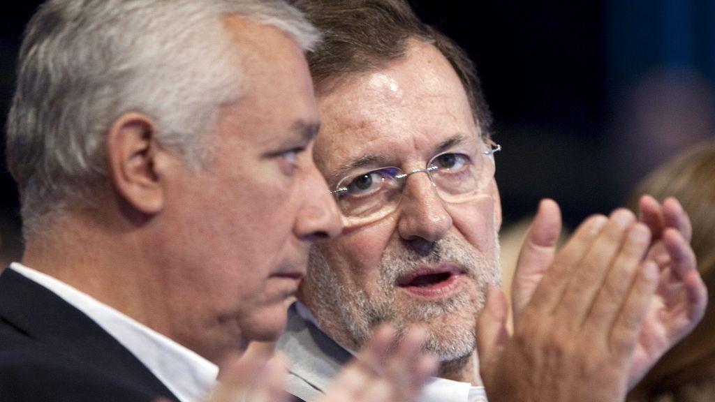 El presidente del PP, Mariano Rajoy, y el de Andalucía, Javier Arenas (i), en la Convención Nacional del PP que hoy celebra, en el Palacio de Congresos de Málaga, su segunda jornada