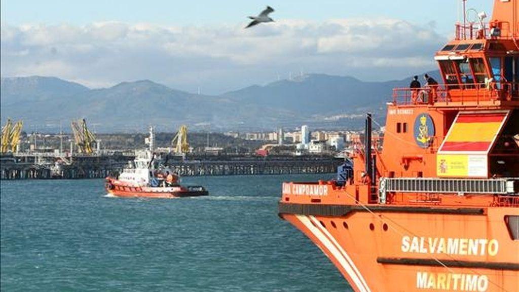 """Embarcaciones de Rescate Marítimo """"Clara Campoamor"""" durante las tareas de limpieza y recogida del vertido de 100 litros de fuel en aguas de Tarragona. EFE"""