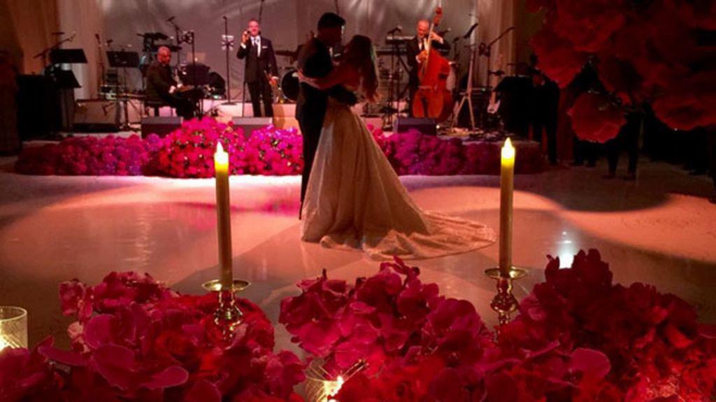 Vergara y Mangianello, baile de novios entre flores rojas y velas