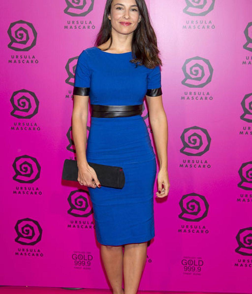 Xenia Tostado, muy elegante con un vestido azul y detalles negros de cuero