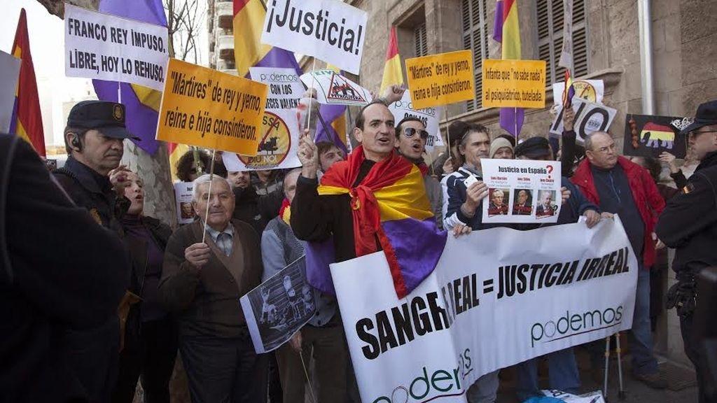 Agolpandos en la calle los manifestantes han lucido pancartas reivindicativas