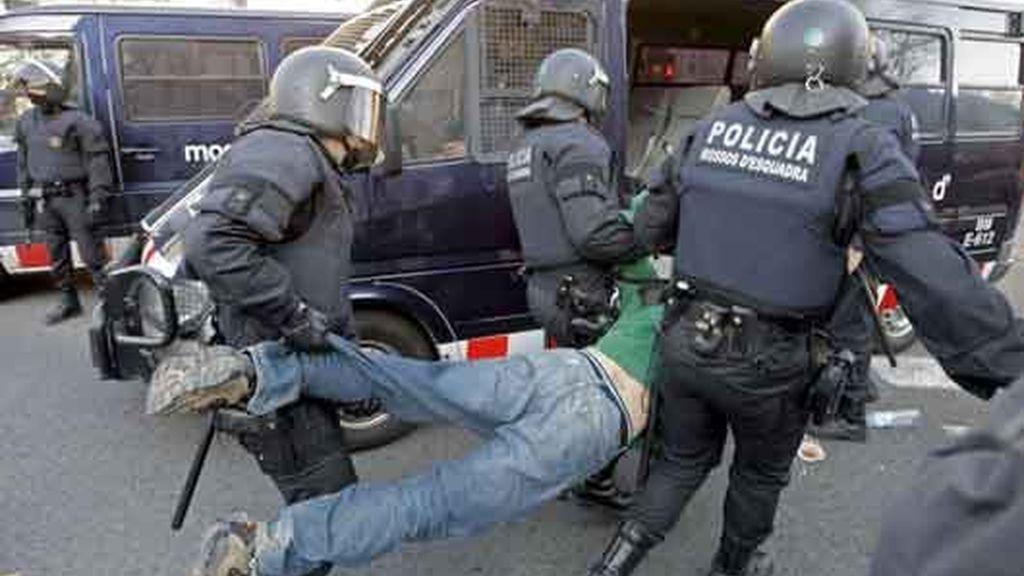 Los Mossos d'Esquadra desalojan a un centenar de estudiantes