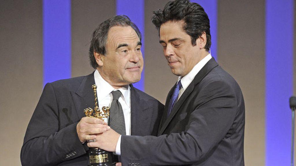 Benicio del Toro entregó el primer galardón de la noche a Oliver Stone