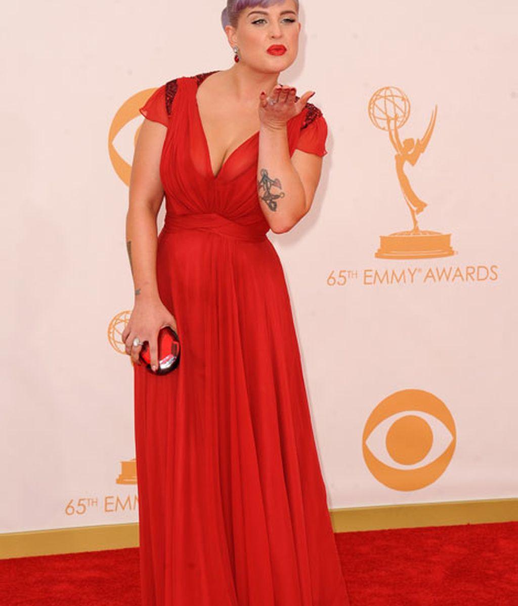 Kelly Osbourne también fue vestida de roja