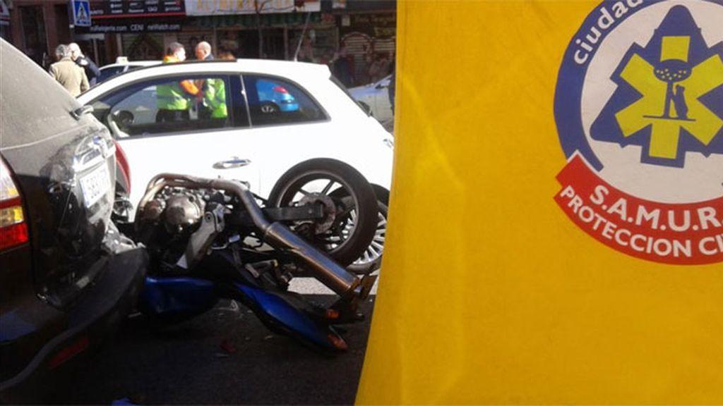 Muere un motorista de 40 años al empotrarse contra dos coches aparcados en Madrid