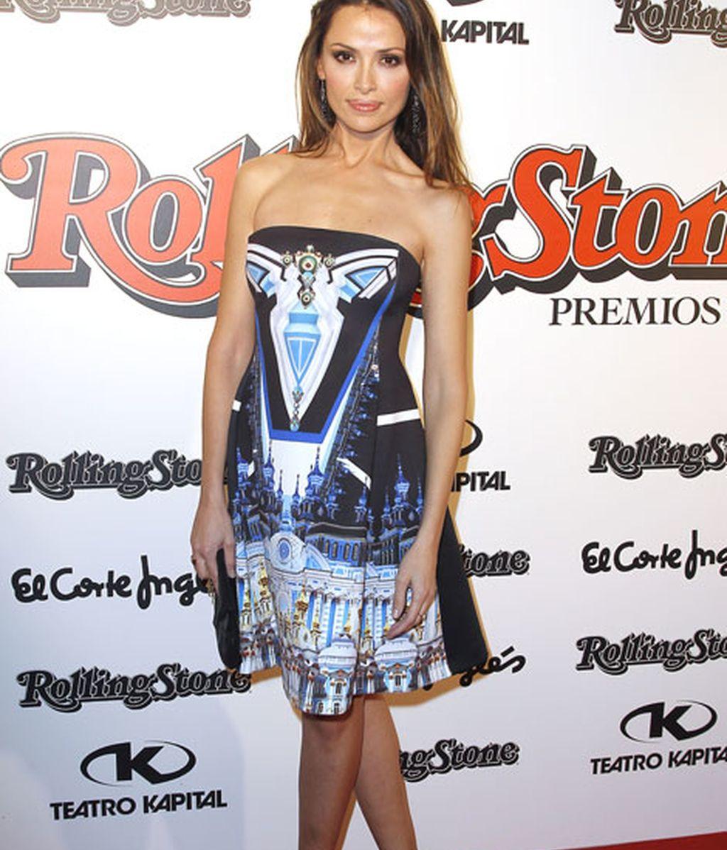 Almudena Fernández lució un original vestido en tonos azules