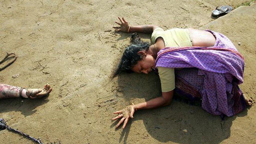 Mujer india llora la muerte de un pariente tras un tsunami