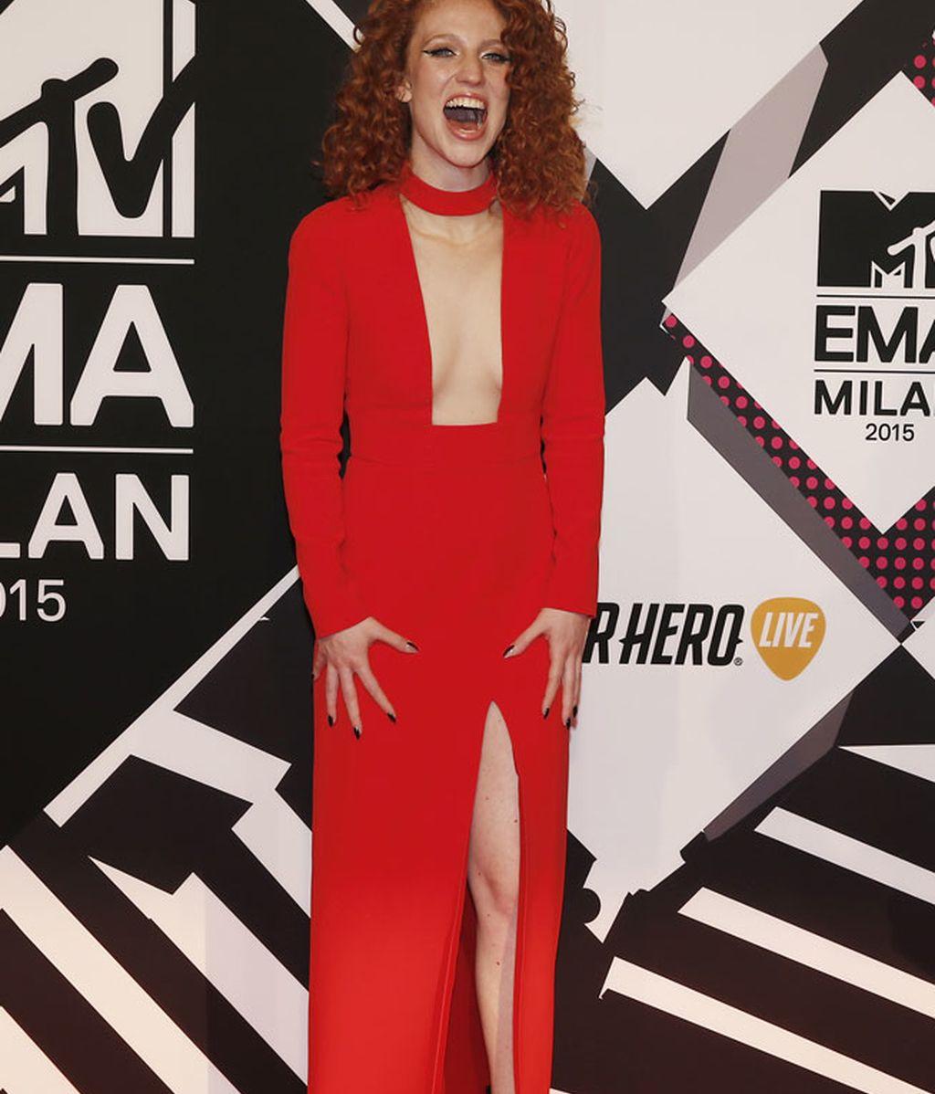 Jess Glynne, rojo escotazo y vestidazo de Tom Ford