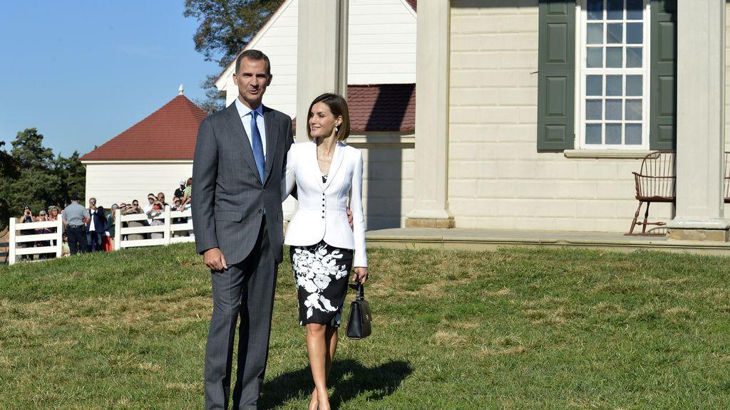 Don Felipe y doña Letizia junto a la residencia de George Washington