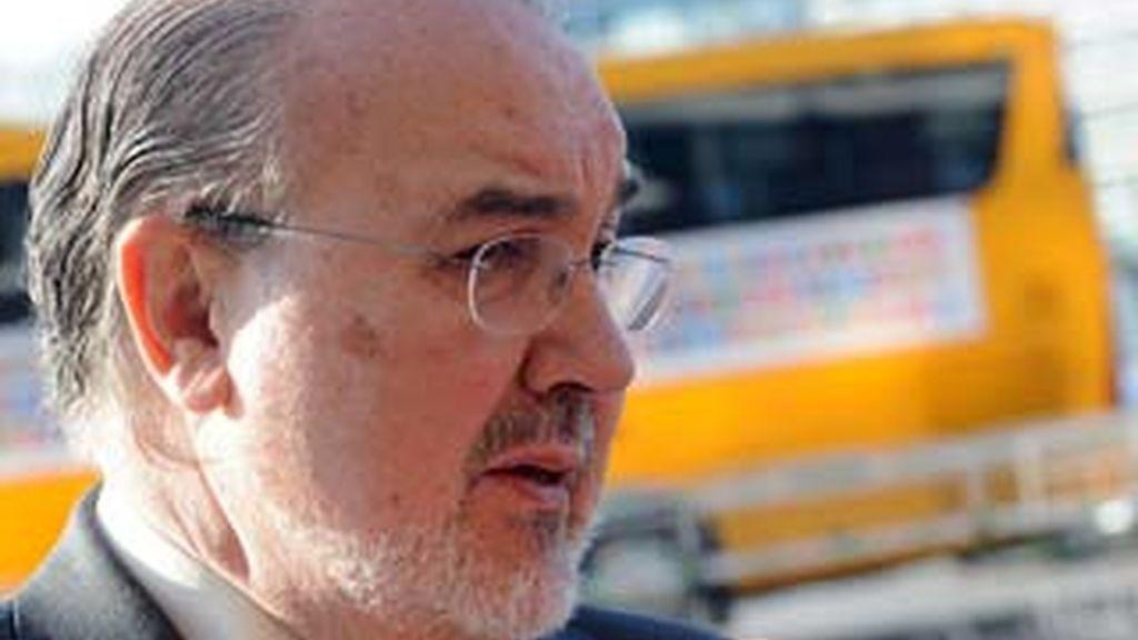 Pedro Solbes, ministro de Economía, habla a los periodistas en Praga. Foto: EFE