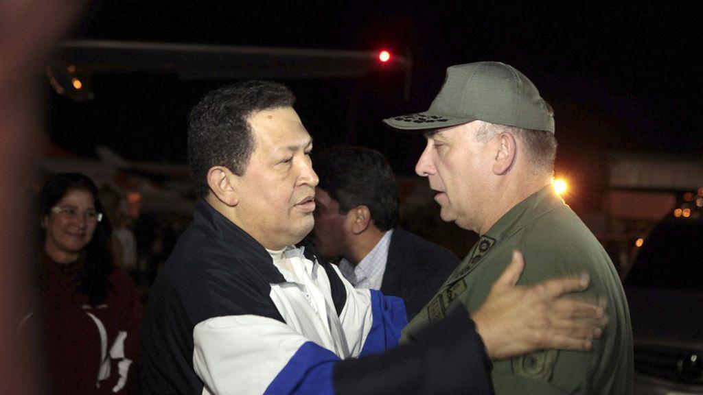 El ministro de defensa, Diego Molero Bellavia, recibe a Chavez a su llegada a Venezuela